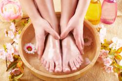 Регулярное мытье ног для профилактики грибка