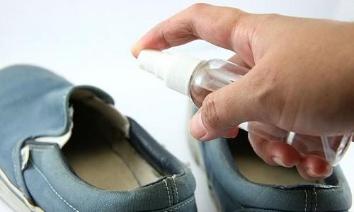 Проведение обработки обуви от грибка